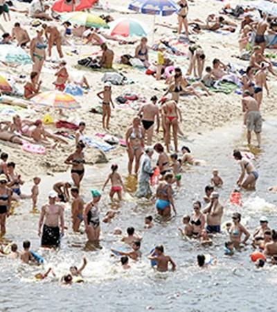 В такую жару в воде народу больше, чем на берегу!