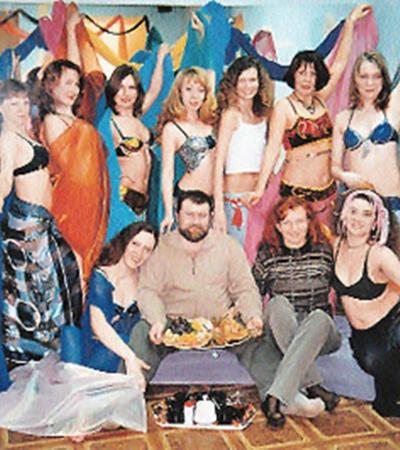 Женщины обожали своего «гуру» (Вячеслав Веснин на фото - в центре) и заставляли своих мужей во всем подражать ему.