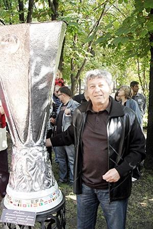 Кроме Кубка УЕФА Мистер подарил Донецку еще и памятник этому трофею.
