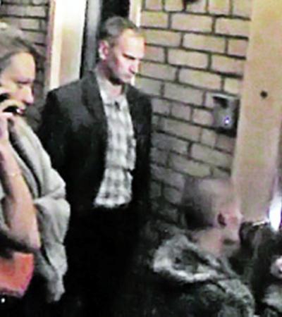 Когда милиция пришла с обыском, старшая дочь Гофман отказалась открыть дверь ключом, и замок пришлось взламывать (кадры оперативной съемки).