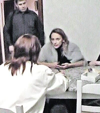 Аферисткам вручают повестки в прокуратуру. Старшая дочь Елена (на фото слева) кричит на следователей, мама (справа) пытается сохранять спокойствие.