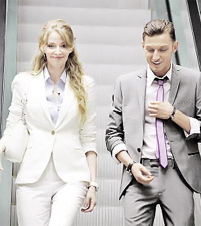 Светлана Ходченкова и Павел Воля в сцене, которую снимали в московском офисе.