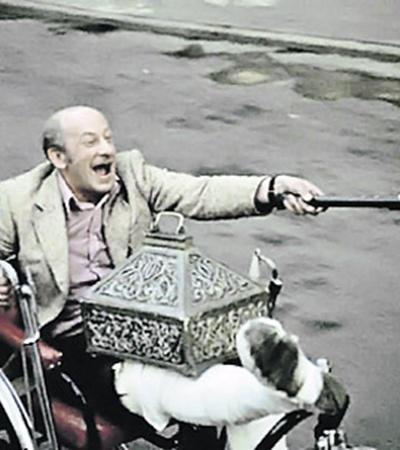 Сломанная  нога не мешает  погоне засокровищами (кадр из фильма «Невероятные приключения итальянцев в России»).