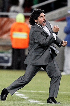 Болельщики хотели, чтобы Марадона остался, но он не смог договориться с работодателями.