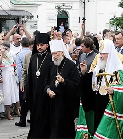 На лицах верующих неподдельная радость от возможности воочию увидеть своего Патриарха и помолиться вместе с ним у главных святынь Киевской Руси.