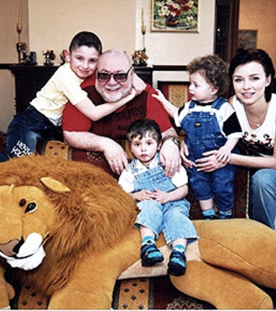 Ян Табачник с супругой Татьяной Недельской и тремя сыновьями - Петром, Павлом ималеньким Мишенькой.