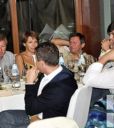 Роман Абрамович (слева) предпочитал всем дорогим напиткам минералку.