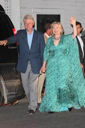 В этом платье Хиллари Клинтон кажется в два раза шире своего супруга Билла, вместе с которым она пришла на предсвадебный обед