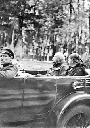 Владимир Ленин и Надежда Крупская во время автомобильной прогулки. Горки. Лето, 1923 г.