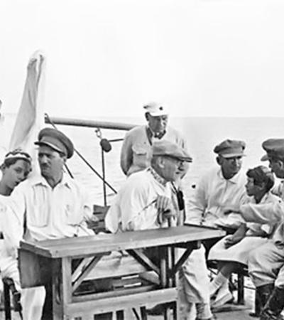 Прогулка на пароходе вдоль побережья Черного моря. Справа налево, сидят: Иосиф Сталин, его дочь Светлана, Лаврентий Берия, Михаил Калинин, Анастас Микоян, сын генсека Василий. Сочи. Сентябрь, 1933 г.