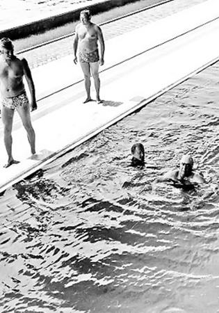 Леонид Брежнев (в воде справа) в бассейне госдачи «Нижняя Ореанда». Рядом с генсеком сотрудники его личной охраны. Ялта. Август, 1981 г.