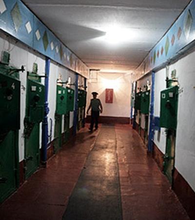 За этими дверьми сидят самые опасные преступники.