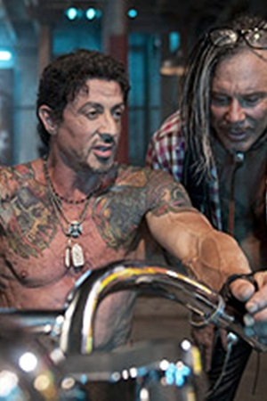 По сюжету Рурк делает Сталлоне художественную татуировку.