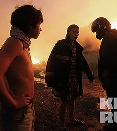Территорию вокруг пожара не оцепляли, и народ стоял прямо у пламени.