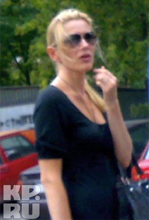 Гражданская жена Юрия Шишлова Оксана на месте убийства.