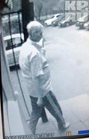 Юрий Шишлов выходит из дома, через час его хладнокровно застрелит на улице убийца.