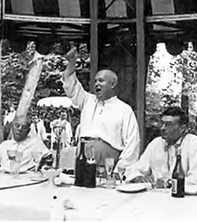 Хрущев на встрече с интеллигенцией в шатре у пруда на «дальней даче». 1960 год.