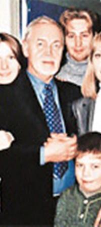 Леонид Нечаев не обещал Наде (на фото вторая слева) сказочную жизнь. Но она согласилась выйти за него замуж.