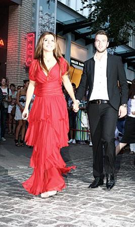 ...а Анна Седокова - с женихом Максимом.