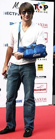 Александр Шовковский приехал на допремьерный показ «благодаря» сломанной руке. Уже несколько месяцев из-за травмы он не играет в футбол, а ведет светскую жизнь.