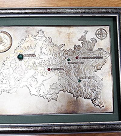 Серебряная карта Татарстана стоит в музее на самом светлом месте, чтобы рубины, изумруды и малахит переливались на солнце (подарена Ющенко).