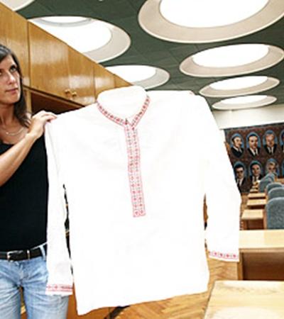 Наш гид Людмила Галаган показывает вышиванку, которую президент Беларуси Лукашенко снял со своего плеча и подарил Кучме. Рубаха сделана из прочного льна и украшена национальной вышивкой.