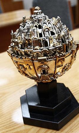 Скульптура «Глобус Иерусалима». Это копия работы известнейшего в мире архитектора Франка Мейслера.