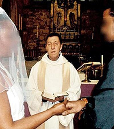 Викарий Алекс Браун поставил таинство венчания на конвейер.