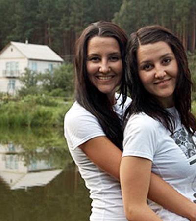 Для Лилии ее сестра-двойняшка Алия (на фото слева) была самым близким человеком.