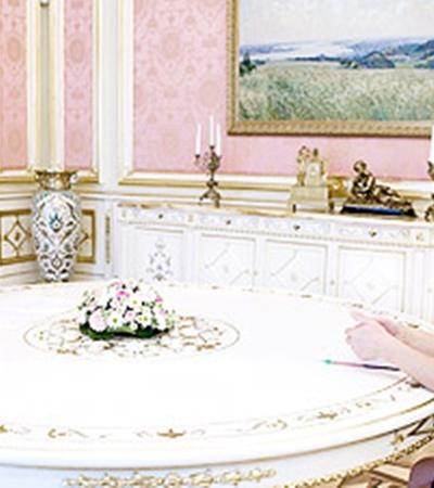 Когда Янукович и мама погибшего студента прощались, президент сказал ей, что она в любой момент может обратиться к нему за помощью.