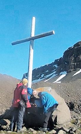 На месте обнаружения останков полярники установили крест с памятной табличкой (на фото ниже).