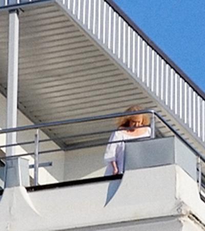 Балкон номера Пугачевой выходит прямо на пляж.
