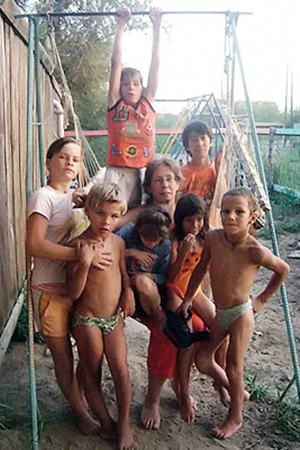 Вся большая семья мамы Веры (она в центре) скучает без братика.