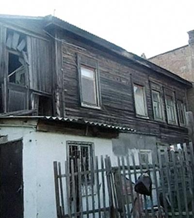 Нянечку Гулю (на фото ниже) наняли, чтобы жить с Данилкой в этом жутком бараке.