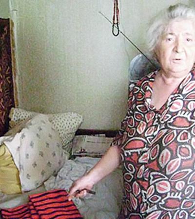 Соседка Светлана Шапочникова показывает условия, в которых мог оказаться маленький Даниил.