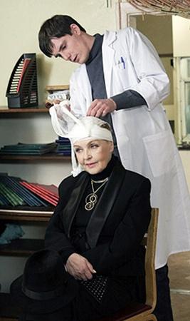 Героине Роговцевой удается обмануть даже медиков.