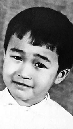 Отданный в детсад маленький Цой долго и болезненно привыкал к чужой обстановке. На фото Вите около 4 лет.