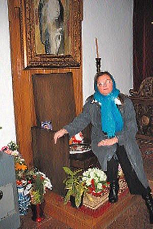 Наш корреспондент Светлана Кузина в любимом кресле Ванги в церкви Святой Петки. В нем пророчица сидела во время богослужений.