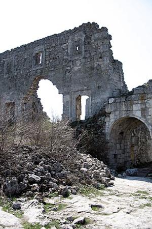Для прочности постройки в то время приносили в жертву людей изакладывали их останки увозводящихся стен.