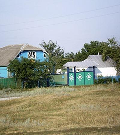 Дома в Рябине не бедны, не богаты и окрашены преимущественно в синий цвет.