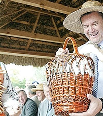 Виктор Янукович и раньше любил посещать ярмарку. Надевал соломенную шляпу, но упорно игнорировал вышиванку.
