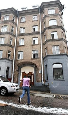 Стены реконструированного дома на Андреевском спуске еще помнят «веселые» времена.