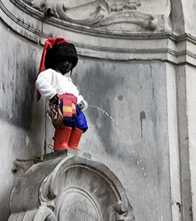 Впервые брюссельского «писающего мальчика» одели в вышиванку в 2007 году.