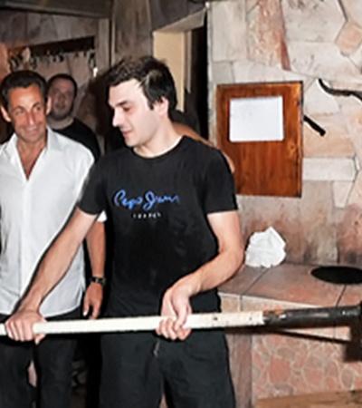 Николя Саркози и Карле Бруни испекли каравай в виде пиццы.