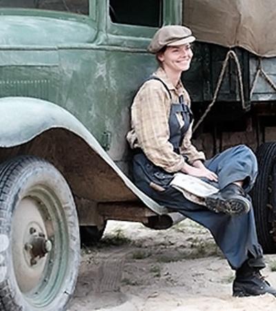 Лизе Боярской досталась роль по-мальчишески дерзкой почтальонши Зои. Платья и косыночки - это не для нее. А вот синий мужской комбинезон, солдатские ботинки и шоферская кепка - в самый раз.
