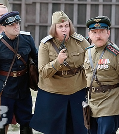 Белорусский актер Геннадий Фомин, Марина Голуб и Андрей Федорцов. У Федорцова совсем незавидная роль мужа-рогоносца. По фильму он командир роты, а жена изменяет ему со всем гарнизоном.