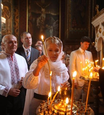Юлия Тимошенко молилась за Украину во Владимирском соборе. Вчера она впервые появилась на публике после нескольких месяцев затворничества. Выглядела отдохнувшей.