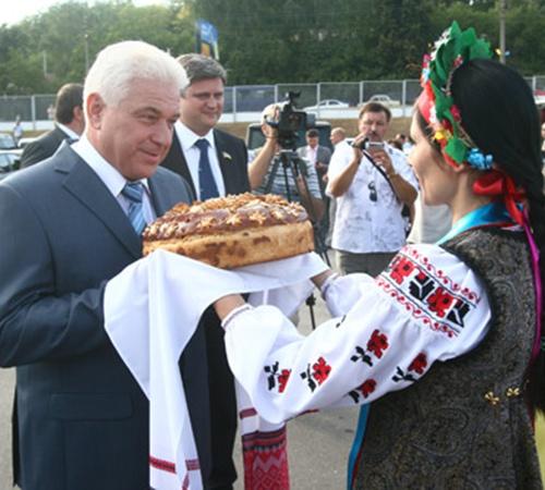 Каждый район области преподнес губернатору хлеб-соль - традиционный знак гостеприимства.