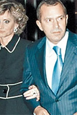 Первого вице-премьера и его супругу Жанну Викторовну часто приглашают на концерты. Не зная, что малейшую фальш исполнителя Клюев сразу услышит.