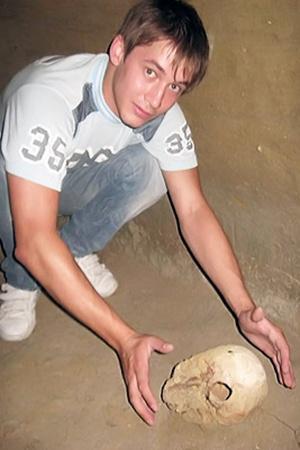 Мой товарищ Олег забрался в древний склеп на трехметровую глубину, чтобы достать полуторатысячелетний череп.